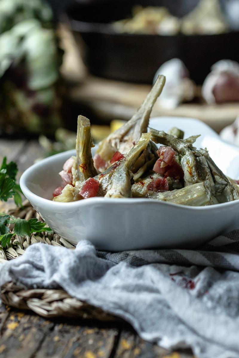 Alcachofas a la montillana con jamón, receta típica de taberna cordobesa.