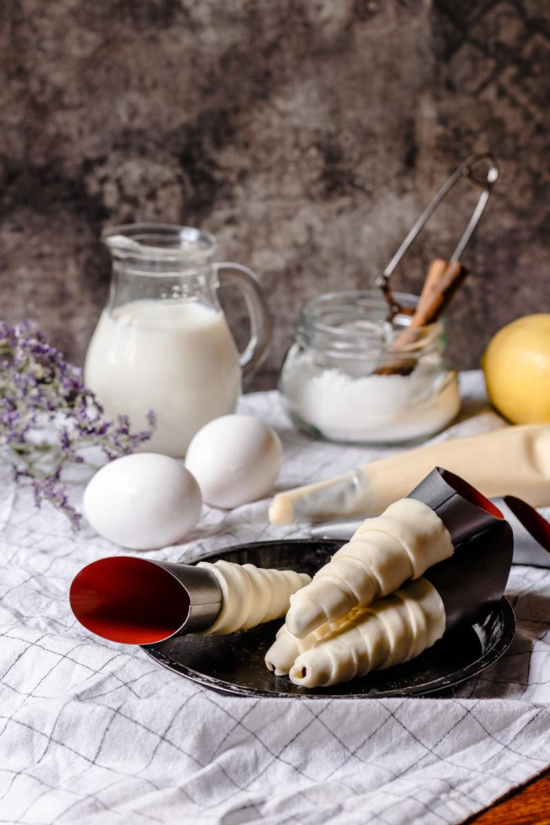 Canutillos de hojaldre y relleno de crema pastelera