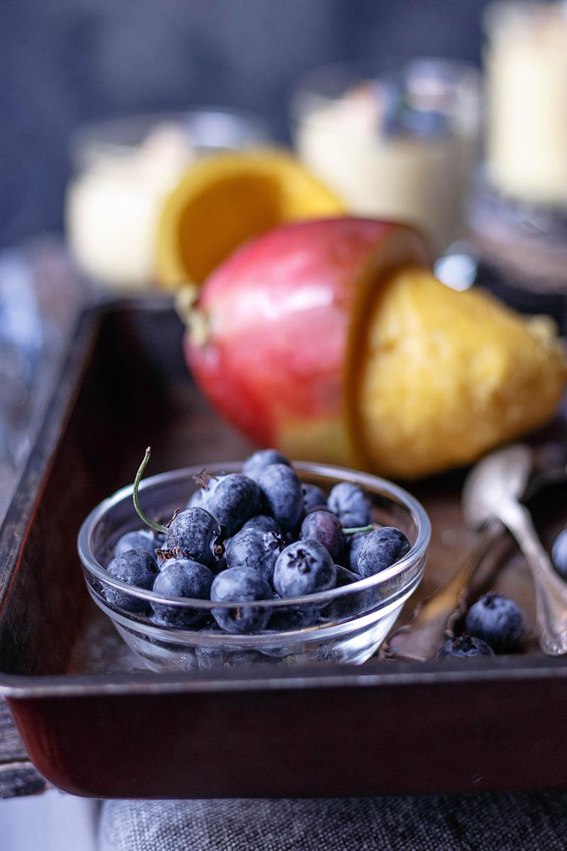 Mango y arándanos ingredientes para una mousse