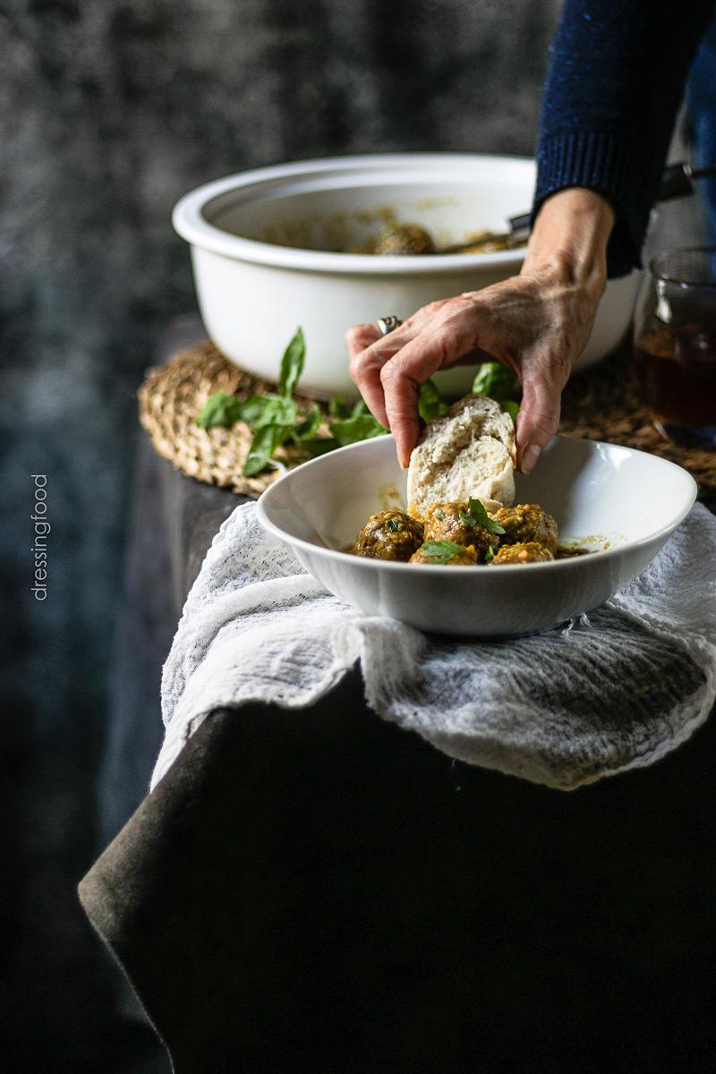 Pan. Ingredientes receta albóndigas en salsa.