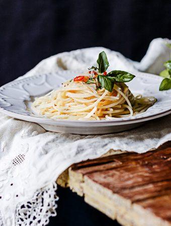 Espaguetis al limón y albahaca