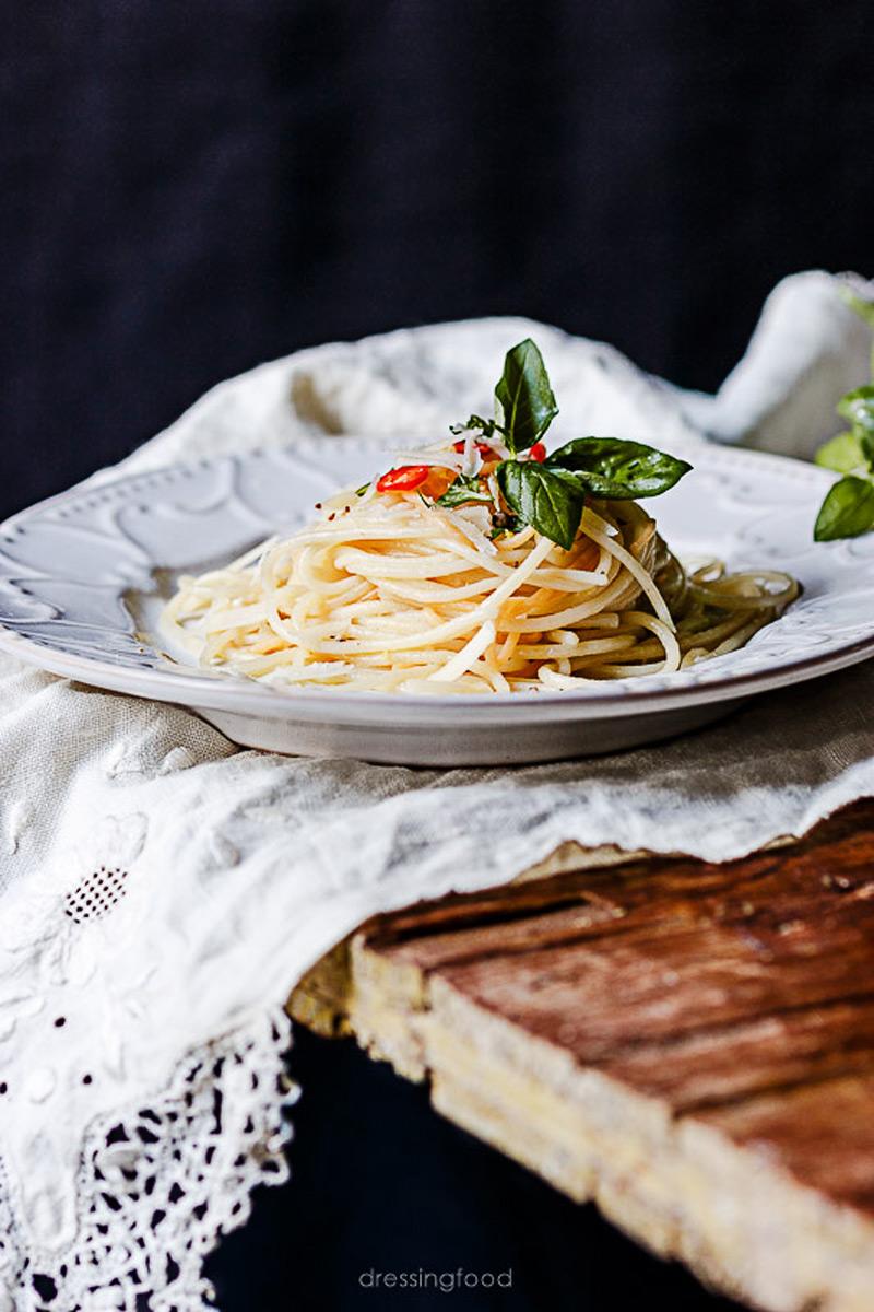 Plato de espaguetis al limón y albahaca