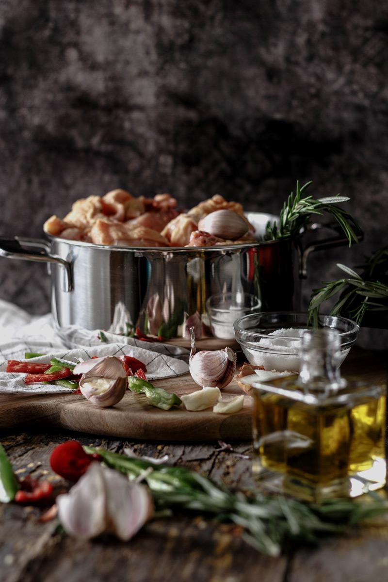 Pollo de corral para la receta de pollo al chilindrón.