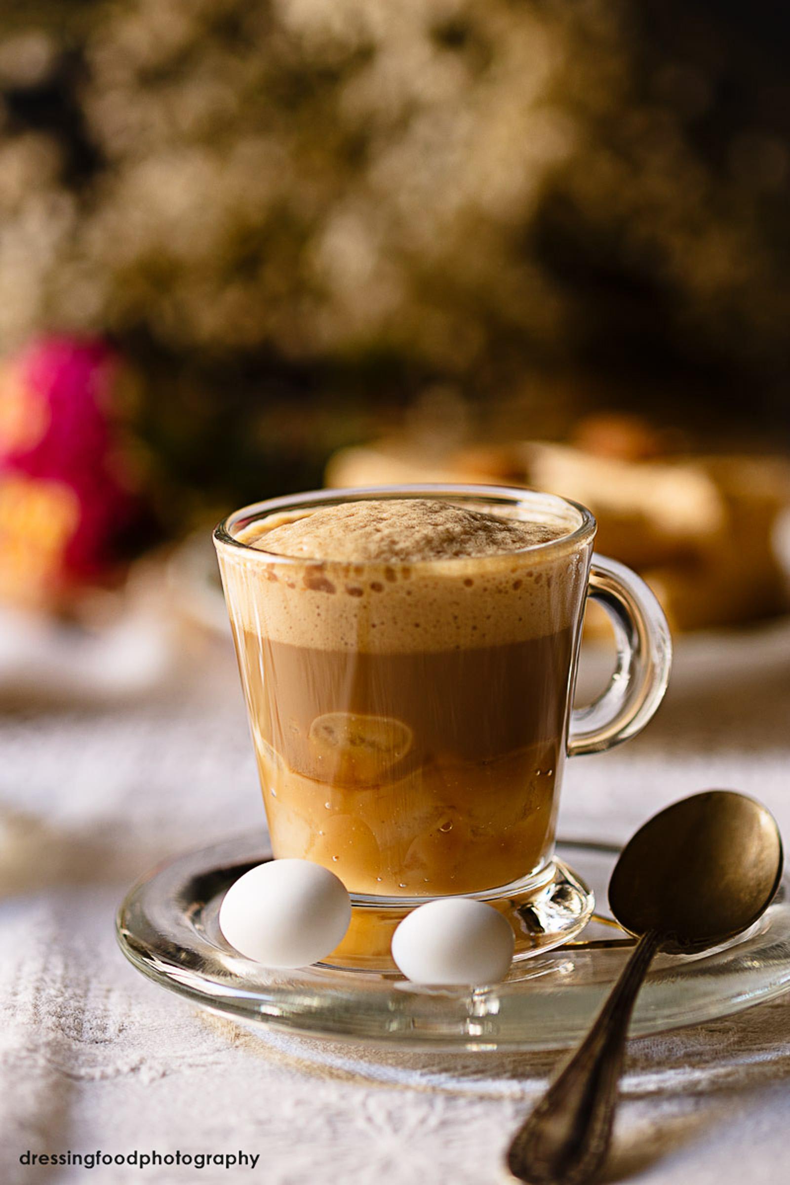 Taza de cafe capuccino con pera y turrón