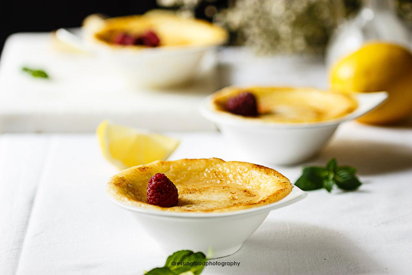 Budin de limón casera y frambuesas