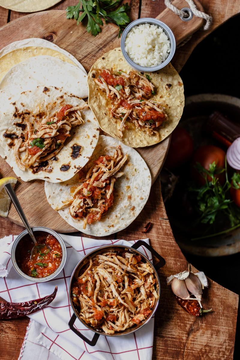 Tacos de pollo caseros con salsa de chile