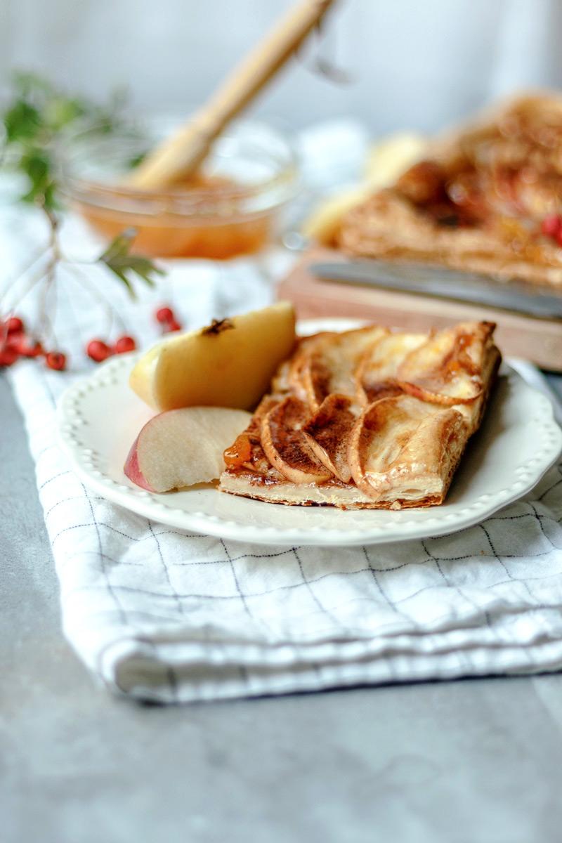 Porción de tarta de manzana y hojaldre con mermelada de albaricoque