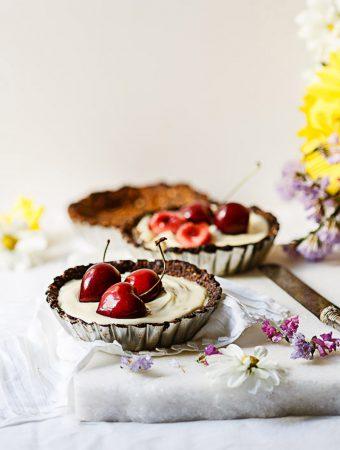 Tartaletas caseras de chocolate blanco y cerezas