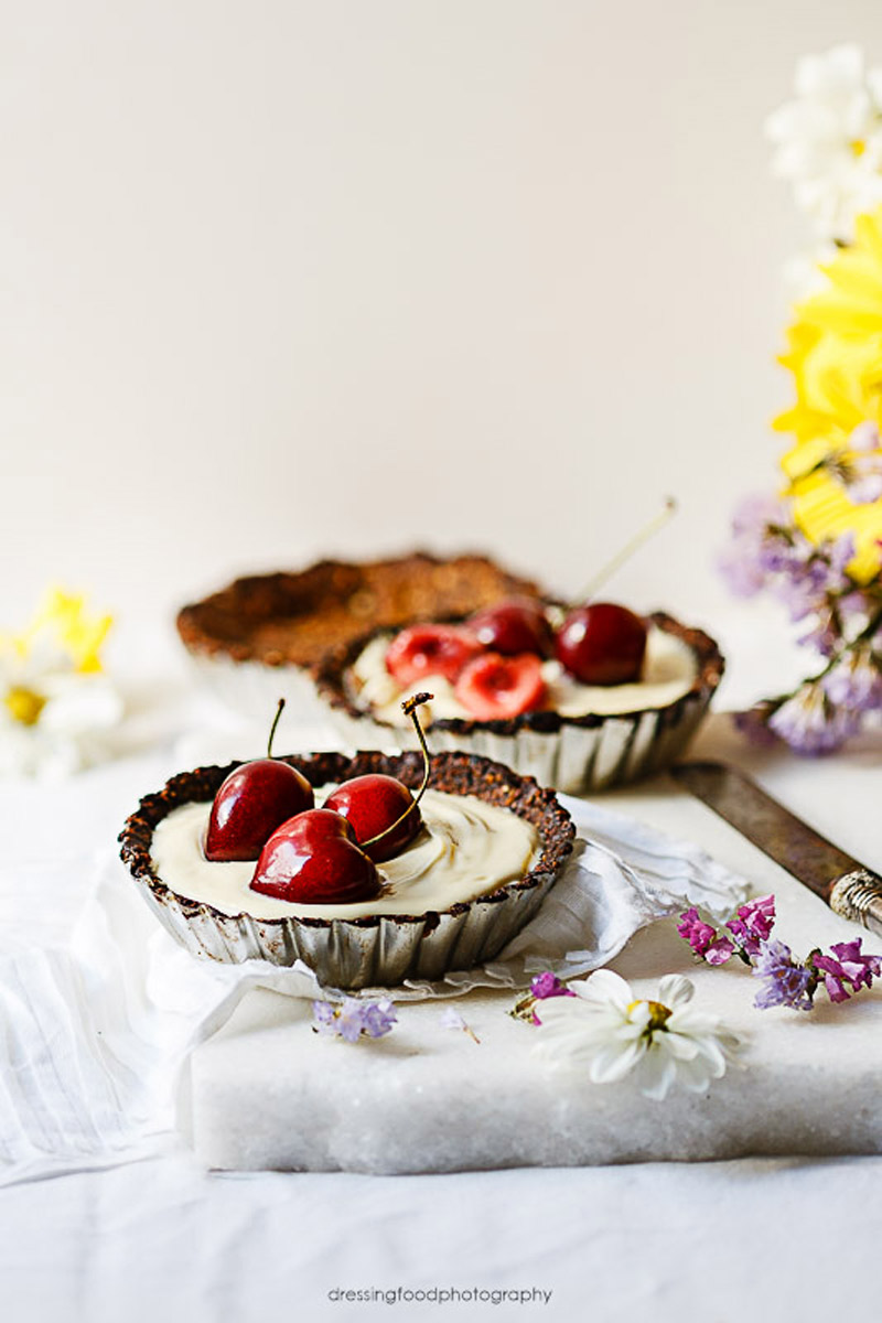 Tartaletas caseras de cerezas y chocolate blanco